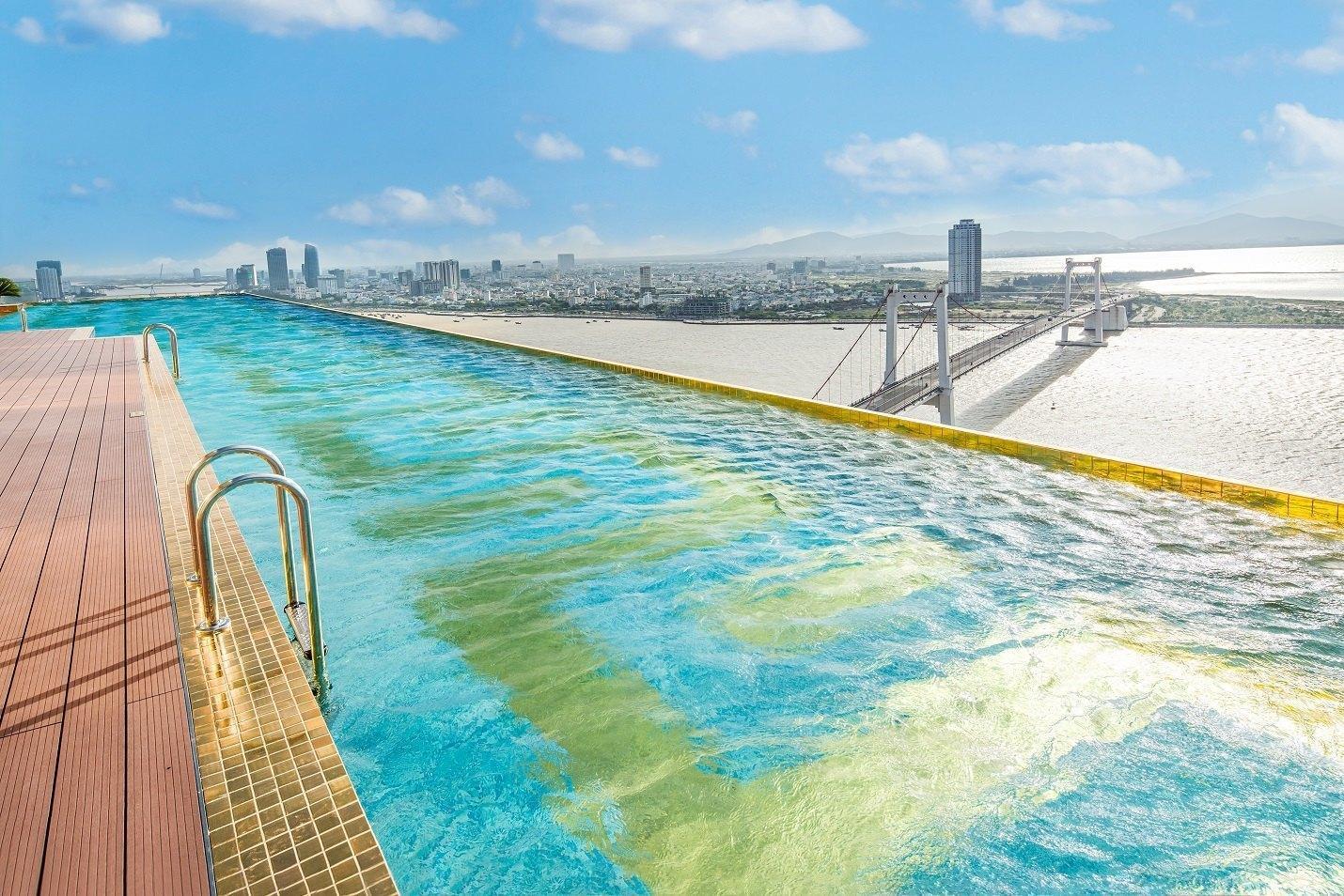 bể bơi giác vàng 24k view cực thu hút
